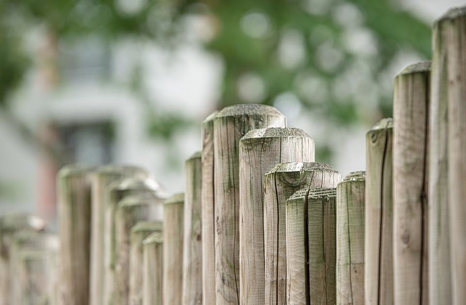 How-To-Keep-Deer-Out-of-Your-Yard-Fence